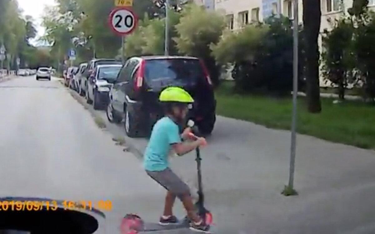 Chłopiec na hulajnodze wjechał przed auto