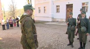 Przygotowania do rekonstrukcji potyczki sowietów z hitlerowcami (TVN24)